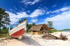 Övergiven fiskebåt på en strand Royaltyfria Foton