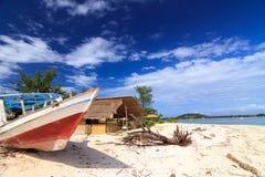 Övergiven fiskebåt på en strand Arkivfoto