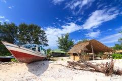 Övergiven fiskebåt på en strand Royaltyfria Bilder