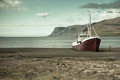 Övergiven fiskeship i Island Royaltyfri Foto