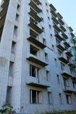 Övergiven flervånings- byggnad i Ukraina Royaltyfri Bild