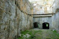 Övergiven forntida borggårdbyggnad med inga personer Royaltyfria Bilder