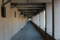 Övergiven fyrkantig stentunnel i perspektivet Royaltyfri Foto