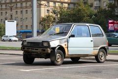 Övergiven gammal bil Arkivbild