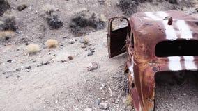 Övergiven gammal bil i öken arkivfilmer
