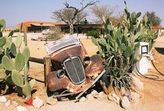 Övergiven gammal bil i patiens Fotografering för Bildbyråer