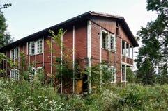 Övergiven gammal bungalow Arkivfoto