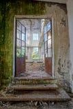 Övergiven gammal förstörd industrianläggning Royaltyfria Bilder