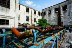 Övergiven gammal förstörd industrianläggning Arkivfoto