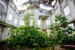 Övergiven gammal förstörd industrianläggning Arkivfoton