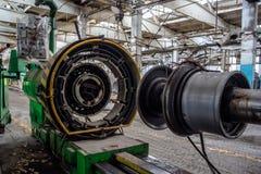 Övergiven gammal fabrik för auto gummihjul med rostade maskinhjälpmedel Övergiven gummihjultillverkning Arkivbild