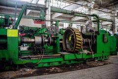 Övergiven gammal fabrik för auto gummihjul med rostade maskinhjälpmedel Övergiven gummihjultillverkning Arkivfoto