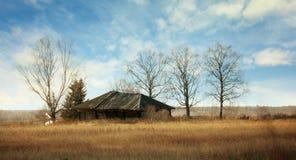 övergiven gammal fjärrträrussia för områdeshus by Arkivbilder