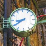 övergiven gammal klockafabrik Arkivfoton
