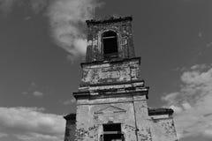 Övergiven gammal kyrka i lite by arkivbilder