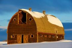 Övergiven gammal ladugård i vinter Royaltyfria Bilder