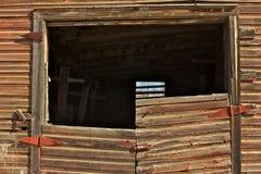 Övergiven gammal ladugårddetalj av väggen och dörren Arkivbild