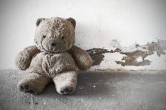 Övergiven gammal nallebjörn Arkivbild