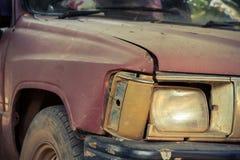 Övergiven gammal rest av bilen Arkivfoton