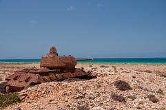 Övergiven gammal rostig behållare på kusten av ön Socotra yemen arkivfoton