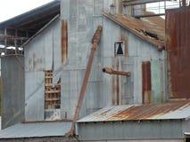 Övergiven gammal rostig fabrik Fotografering för Bildbyråer
