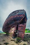 Övergiven gammal skeppsbrott på kust i Fort William Arkivbilder