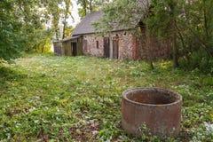 övergiven gammal sten för hus Arkivbild
