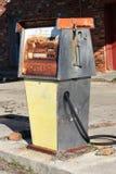 Övergiven gaspump framme av en bensinstation Royaltyfri Foto