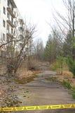 Övergiven gata och byggnad i den Tjernobyl zonen ukraine Arkivbild