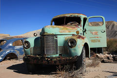 övergiven grotesk gammal lastbil Arkivbild