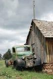 övergiven grotesk gammal lastbil Arkivfoton