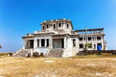 Övergiven hotellBokor slott i spökstadkullestation nära Kampot cambodia arkivbild