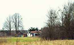 Övergiven hus och ladugård i den polska bygden fotografering för bildbyråer