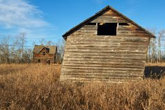 Övergiven hus och ladugård i nedgång Royaltyfri Fotografi