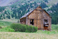 Övergiven hydda eller kabin för gruvarbetare` s i den Colorado bergPeru Creek slingan Arkivbilder