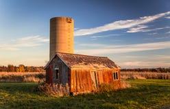 Övergiven hydda och silo Royaltyfri Fotografi