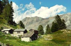 Övergiven by i de schweiziska fjällängarna Royaltyfri Bild