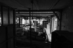 Övergiven industribyggnad i förfall arkivbild