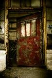övergiven industriell dörröppningsfabrik Arkivfoton
