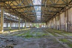 Övergiven industriell inre för stor fabrik Royaltyfri Foto
