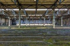 Övergiven industriell inre för stor fabrik Royaltyfri Bild