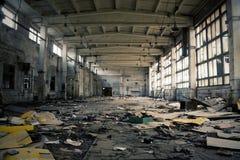 övergiven industriell interior arkivbilder