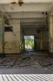 övergiven industriell interior Arkivfoto