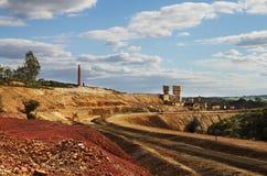 Övergiven järnväg bana- och svavelugn på den SaoDomingos minen Arkivbild
