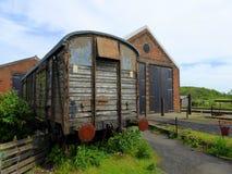 Övergiven järnväg vagn som väntar på återställande Arkivbild