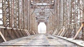 Övergiven järnvägsbro Gammal konstruktion inga personer inget stock video