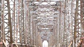 Övergiven järnvägsbroväg Gammal konstruktion inga personer inget stock video