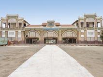 Övergiven järnvägsstation av Dakar, Senegal, kolonial byggnad arkivbild