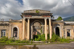 Övergiven järnvägsstation i Tquarchal Tkvarcheli, Abchazien, Georgia Royaltyfri Bild