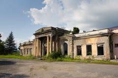 Övergiven järnvägsstation i Tquarchal Tkvarcheli, Abchazien, Georgia Royaltyfria Bilder